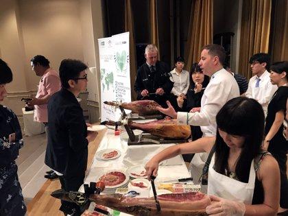 Más de un centenar de profesionales nipones participan en el XII Seminario de Cortadores de Jamón en Japón de la Junta