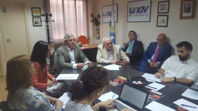 En el centro el presidente de UNAV, Carlos Garrido de la Cierva
