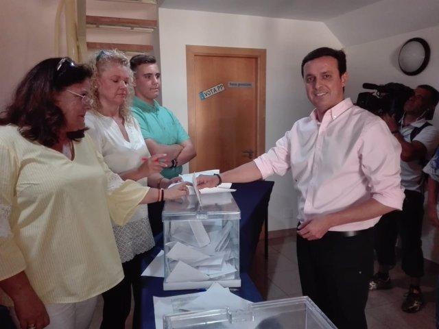 El secretario provincial del PP de Almería vota en las primarias de su partido