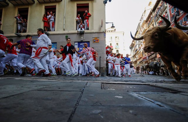 Corredores durante el primer encierro de los Sanfermines de 2017