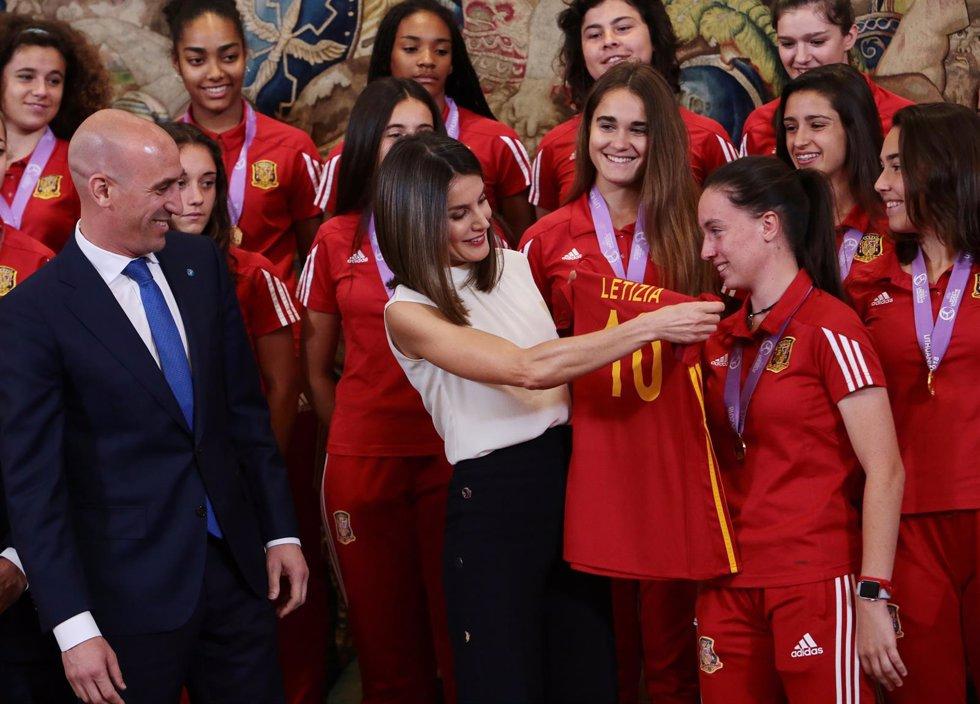 La Reina Letizia recibiendo a la selección femenina sub-17