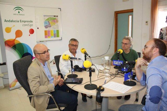 Carmona (izda.) participa en el programa de radio