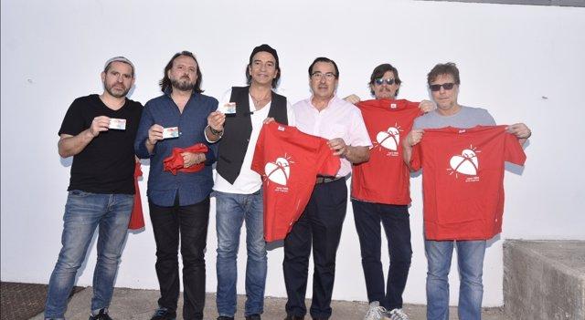 Los Secretos posa con la camiseta en favor de la donación