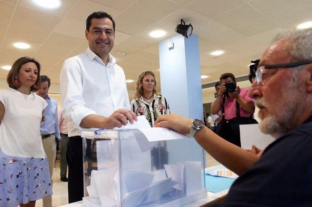 Juanma Moreno (PP-A) votando en las primarias del PP