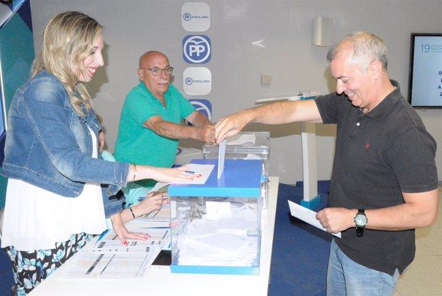 El presidente del PP Zaragoza, Javier Campoy, vota en las primarias.