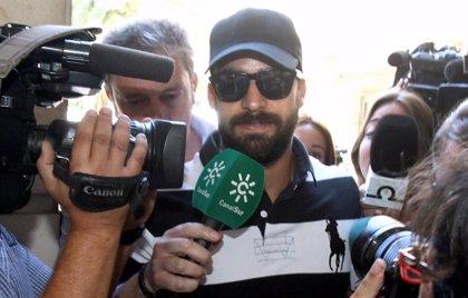El guardia civil de La Manada seguirá en libertad hasta que la Audiencia de Navarra decida sobre su situación