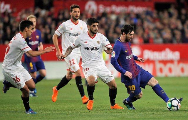 Messi y Banega en un Sevilla - Barcelona