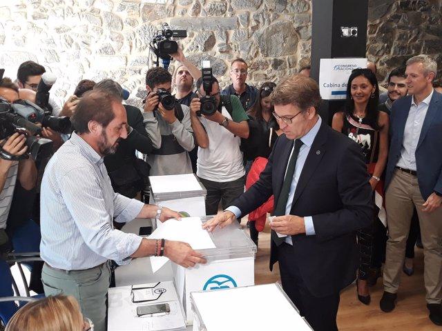 Alberto Núñez Feijóo, vota en la primera vuelta del Congreso Nacional del PP
