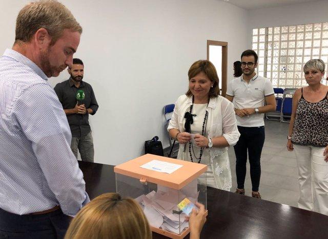 La jefa del PPCV emite su voto en la sede castellonense