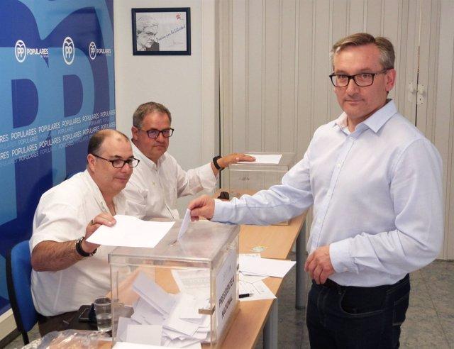 El presidente del PP Teruel, Joaquín Juste, vota en las primarias.