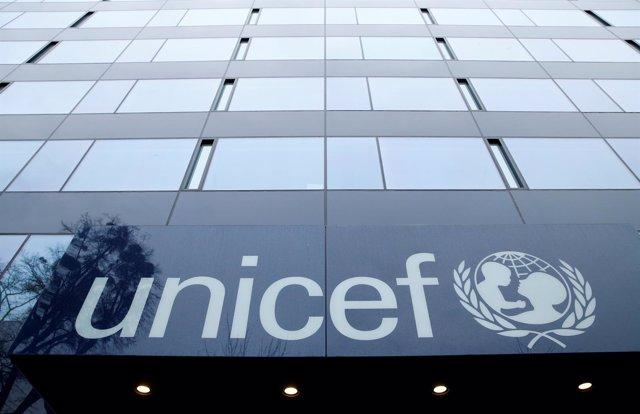 Logo de UNICEF en sus oficinas en Ginebra (Suiza)
