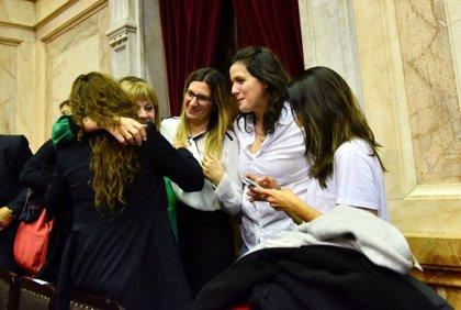 """Argentina aprueba la """"Ley Brisa"""" para hijos de víctimas de feminicidios"""