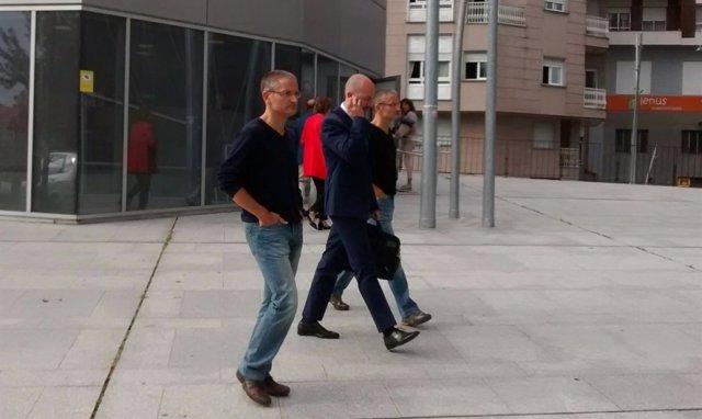 Gemelos policías entran en el edificio judicial en Ourense.
