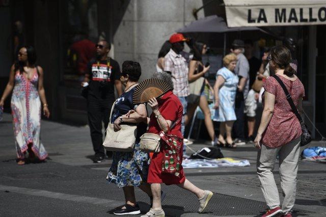 Recursos de calor, verano, sol, buen tiempo, mujer con abanico