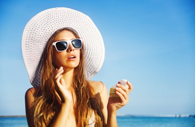 Crema, tratamiento de belleza, verano, playa, gafas de sol