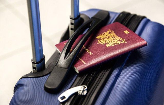 Maleta y pasaporte