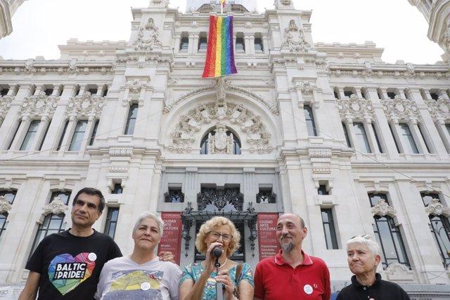 Carmena asiste al despliegue de la bandera del Orgullo Madrid 2018