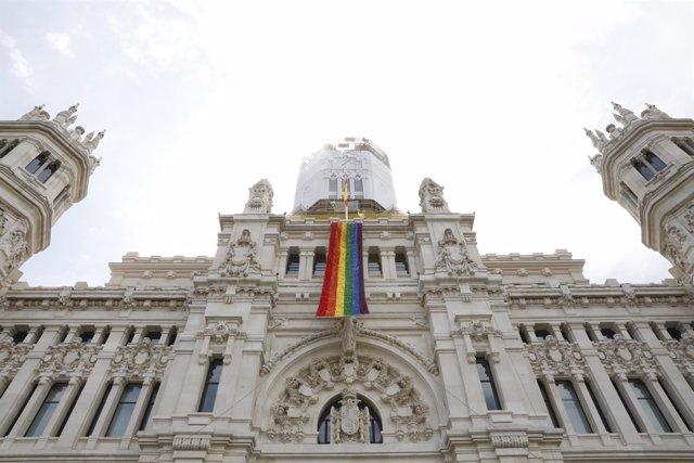 Despliegue de la bandera del Orgullo Madrid 2018 en el Palacio de Cibeles