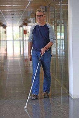 Un hombre camina con el bastón 'Egara'