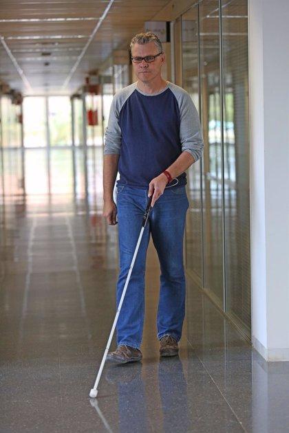 Desarrollan un bastón que avisa a personas con discapacidad visual de obstáculos en altura