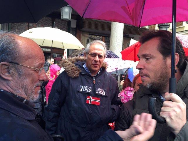 Oscar Puente y León de la Riva conversan en una imagen de archivo de 2016