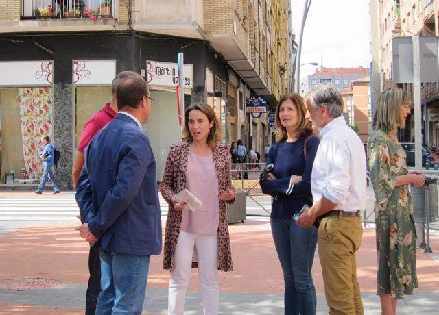 La alcaldesa durante su visita a las calles remodeladas.