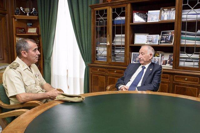 Javier Ángel Soriano, durante su despedida de la Diputación con Gabriel Amat.