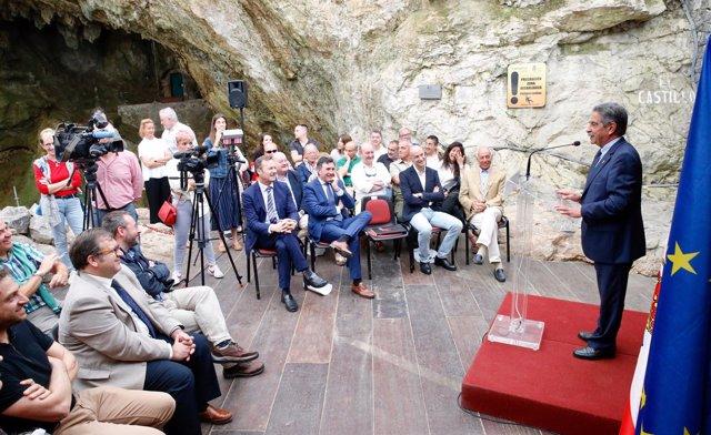 Revilla en la cueva de El Castillo