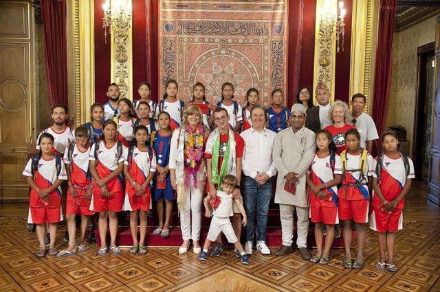 Ollo con las jugadoras del equipo de fútbol nepalí