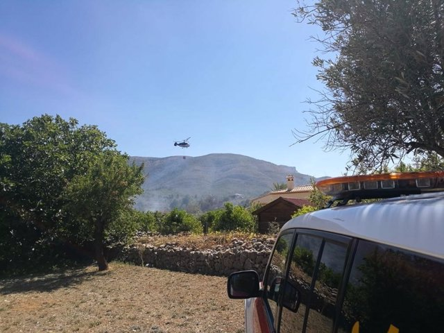 Un helicóptero descarga sobre el barranco de Guerri