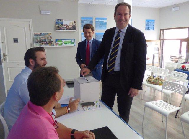 Adolfo Molina votando en las primarias del PP