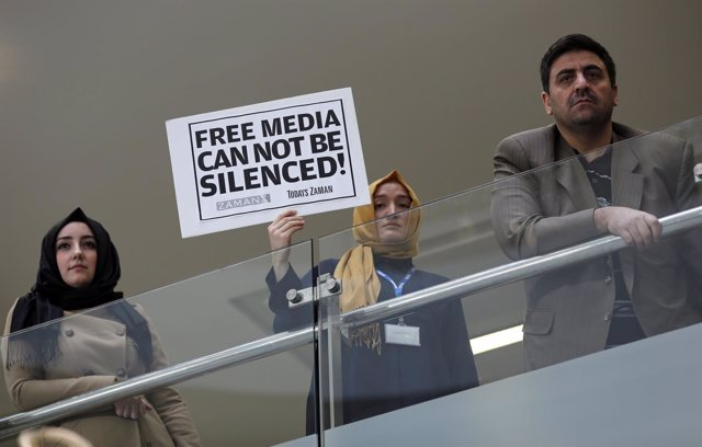 Protesta contra la redada policial en la sede del periódico turco 'Zaman'