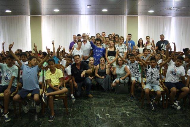 Valenzuela (centro), recibe a los niños saharauis