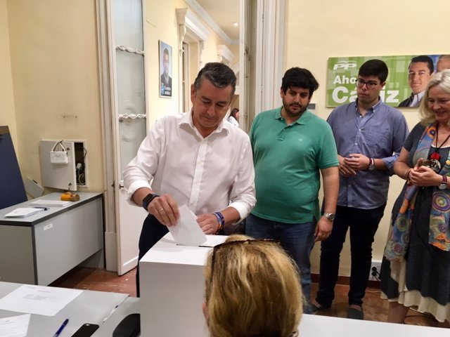 Sanz vota en las elecciones primarias del PP