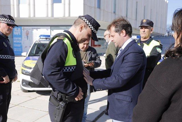 El alcalde de Mairena del Aljarafe  y un policía local