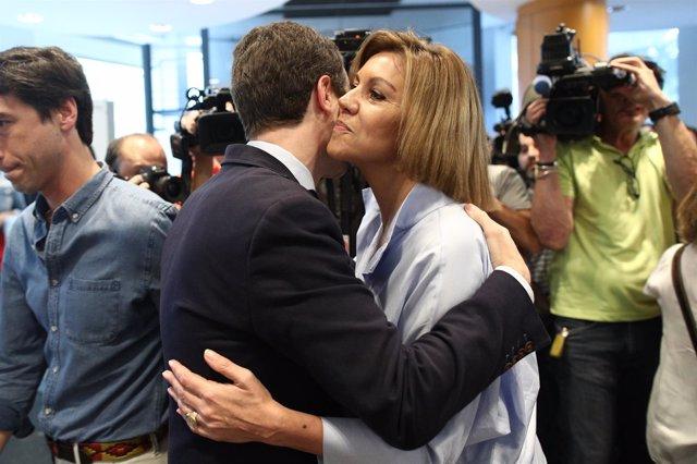 Pablo Casado y Cospedal se abrazan durante la presentación de avales