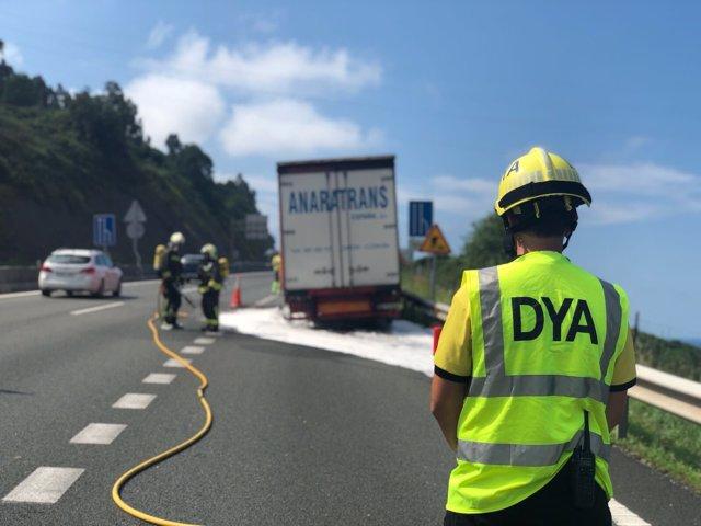 Camión incendiado en la A-8