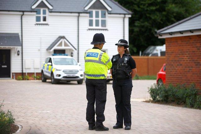 Policías en la localidad británica de Amesbury