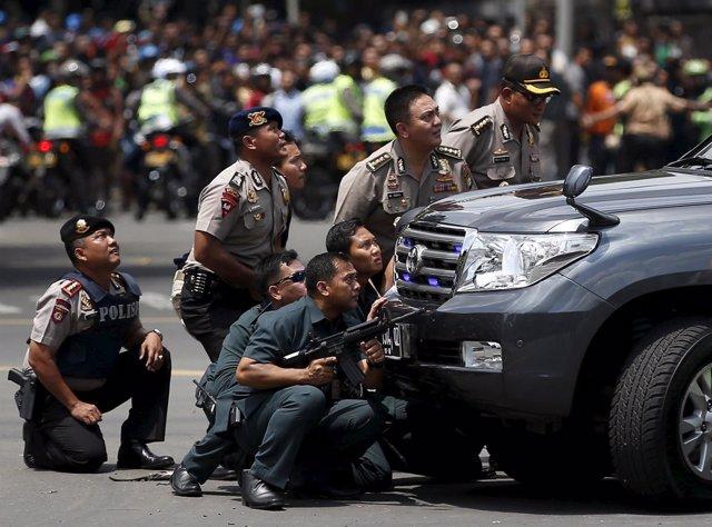 Agentes de policía, ante los ataques con bomba en Yakarta (Indonesia)