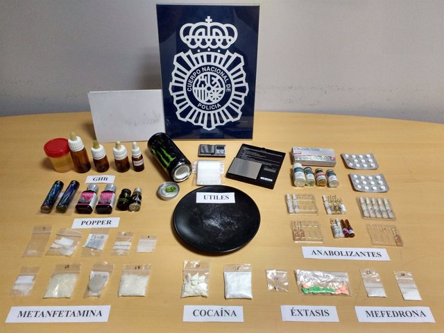 Imagen de la droga y objetos intervenidos en el piso
