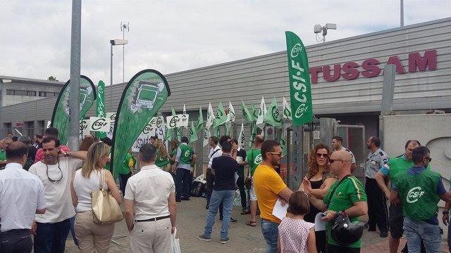 Concentración ante la sede de Tussam