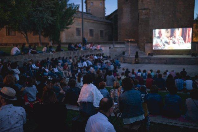 Una de las sesiones de cine en la plaza General Alsina de Huesca