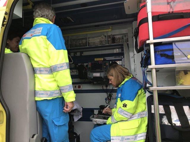 Sanitarios del SUMMA en una ambulancia