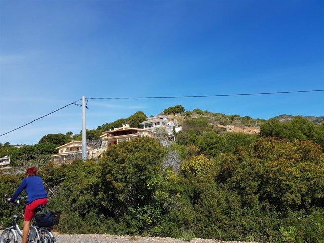 Casas en una montaña con vegetación