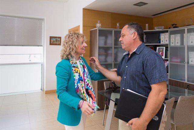La vicepresidenta Eva Díaz Tezanos y el alcalde de Cabezón, Victor M. Reinoso