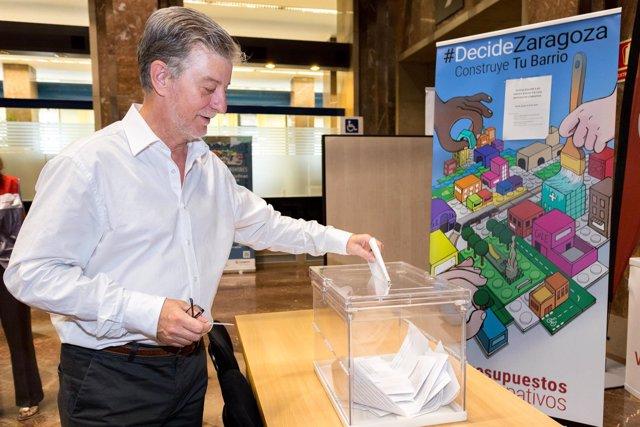 El alcalde Pedro Santisteve vota en los presupuestos participativos