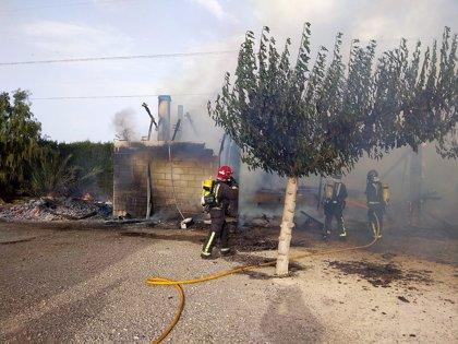 Bomberos del CEIS extinguen un incendio en una casa de campo en la zona de La Estación, en Puerto Lumbreras