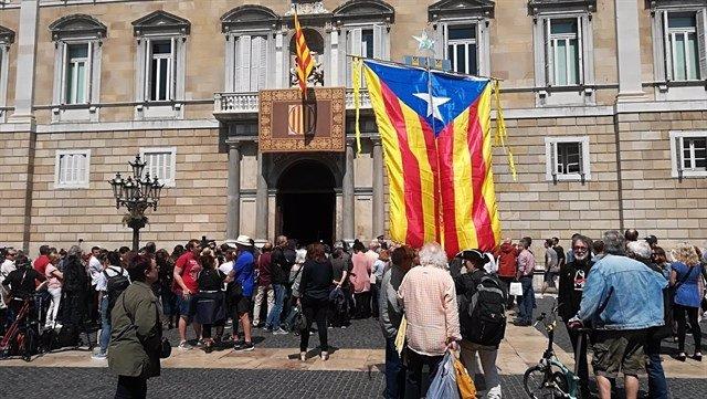 Congregación de gente delante de la Generalitat de Cataluña