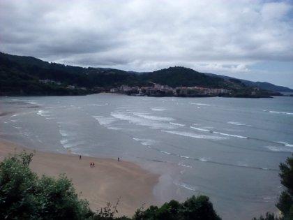 Todas las playas de Bizkaia permiten el baño este domingo aunque en La Arena, Toña y San Antonio se solicita precaución