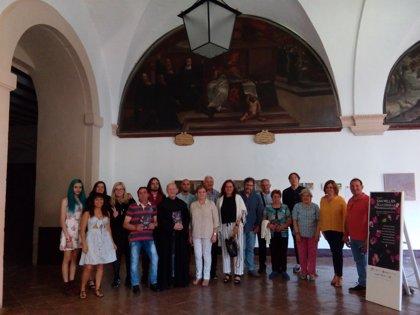Almudena Martínez visita la exposición realizada por los jóvenes de la III Residencia de Artistas en Suso y Yuso